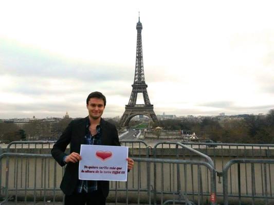 tenir une pancarte devant n'importe quel monument parisien